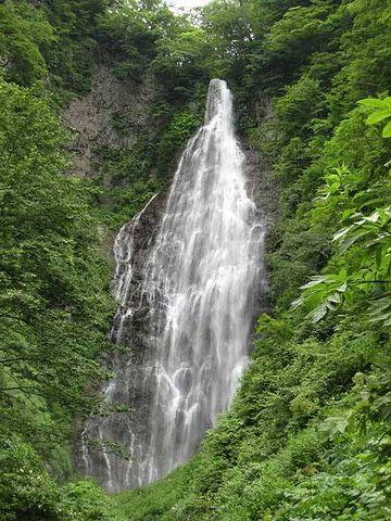滝の姿が、観音様が合掌しているようにも見える