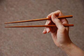 箸の間に中指を入れなきゃ、使いづらい