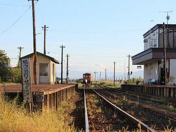 初秋の金木駅。駅舎(右)は立派になりましたが、ホームの風情は変わらないようです。