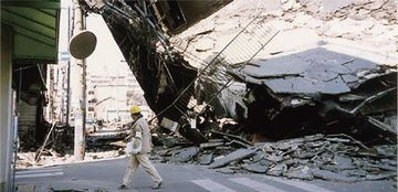 阪神淡路大震災で倒壊し、道路を塞いだビル
