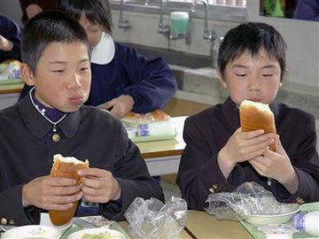 岡山県の小学校だそうです。ものの見事に垢抜けませんね。