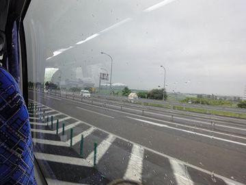 右側では、対向車線の向こう側にしか景色が見えませんから