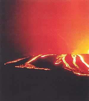 山肌を下る溶岩流