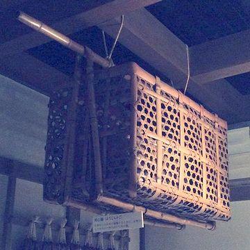 上に竹の棒が出てます