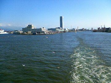 新潟港を出港する佐渡汽船からの眺め