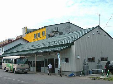 『五所川原』駅前にある弘南バス案内所。ここで聞きましょう。しかし……。駅前でもプロパンってのがスゴい。