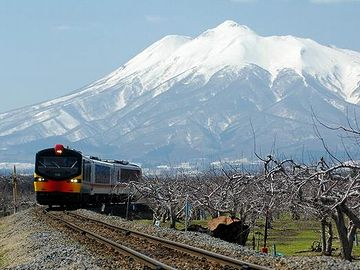 リンゴ畑と岩木山は、五能線、撮影ポイントのひとつです