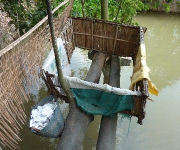 ベトナムでは現役でした。下はメコン川。落ちたらワニに食われます(たぶん)。