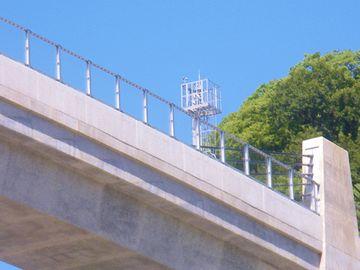 新しい橋は、ちゃんと底があって、バラスト軌道になってます