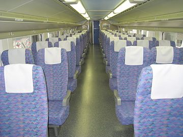 通路を挟んで、2列席と3列席に分かれてます