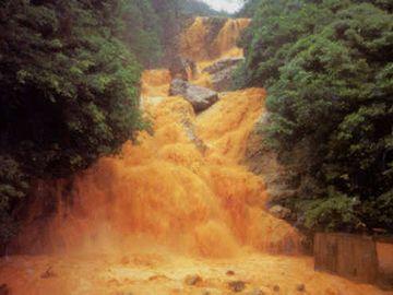 地震の山崩れで、川が濁ったのか