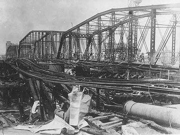 焼け落ちた永代橋