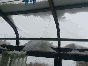 雪の重みで屋根が抜けたサンルーム。外に張り出すタイプのサンルームでは、こういう危険もあります。