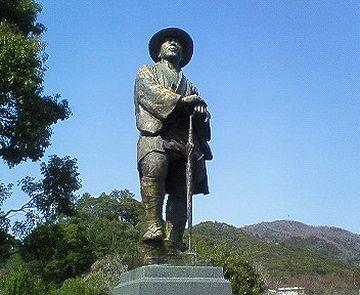 『若山牧水記念文学館(宮崎県日向市)』に建つ牧水像