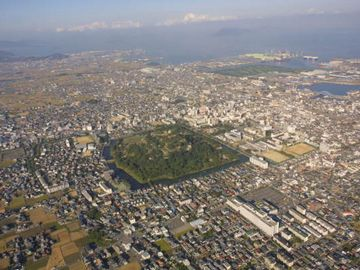 丸亀城の周りに広がる市街(ヘリからの画像)