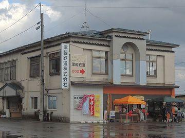 駅舎前で、矢印の出ていた建物が本社のようです