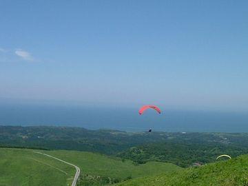 寒風山回転展望台レストラン・パラグライダーの飛ぶ景色を見ながら、ゆったりと食事