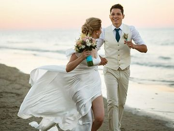 ウェディングドレスで砂浜を走る