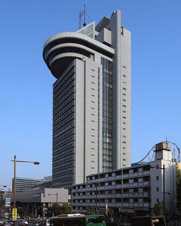 そびえ立つ文京区役所。考えてみれば、大企業ですよね。しかも、転勤なし。