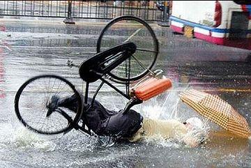 これは、前のめり。傘差し運転は止めましょう。