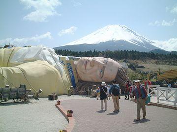 山梨県上九一色村にあった『富士ガリバー王国』。現在は廃墟だそうです。