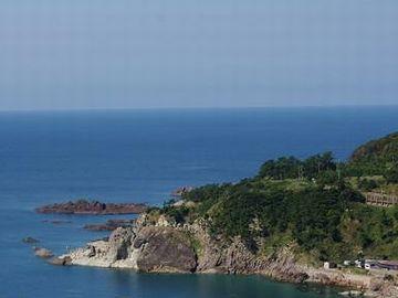 鵜ノ崎海岸から続く岩場の海