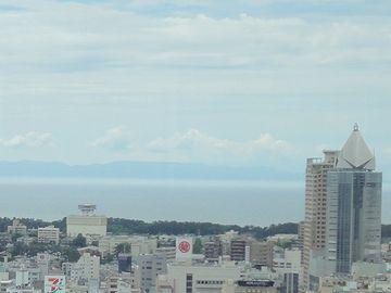 海の向こうに、佐渡ヶ島がはっきりと見えました