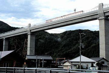 翌月の8月12日、新しいコンクリート橋が供用になってます