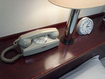 枕元に、電話機も引っ張ったし