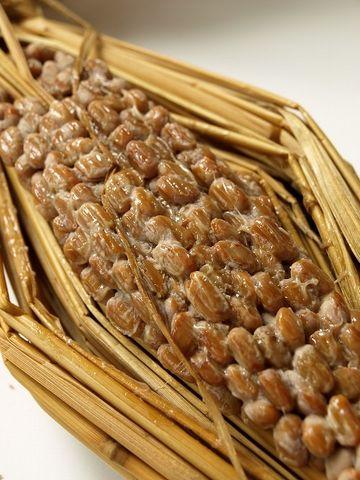 昔ながらの納豆が、藁苞(わらづと)に包まれてるのは……