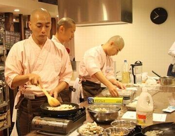 厨房の者が料理