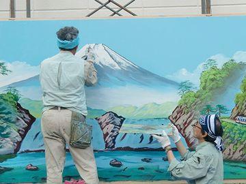 銭湯のペンキ絵は、壁に、職人さんがその場で描くものです