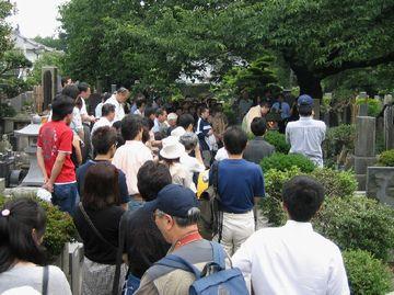 桜桃忌(6月19日)の禅林寺(三鷹市)。今もこのにぎわいです。