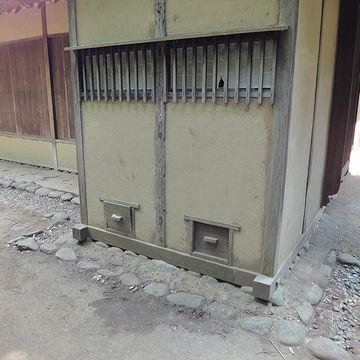 外を回ると、明らかにトイレとわかる設備を発見