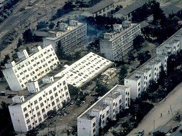 新潟地震の液状化で傾いた団地