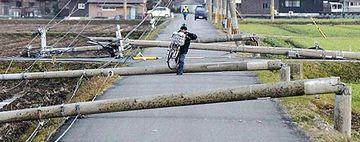 2012年4月の嵐。滋賀県近江八幡市で、電柱17本が倒れたそうです。同じ日、わが家も停電しました。