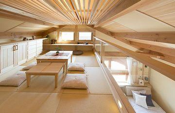 屋根裏部屋。冬はいいですが……。断熱材の施工をケチると、夏はとても居られないそうです。