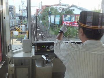 浜松市を走る『遠州鉄道』の運転士さん。帽子がお洒落です。