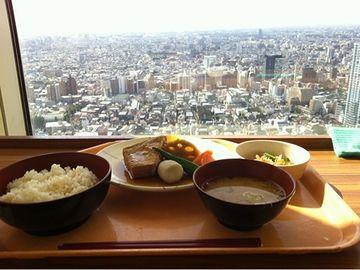 東京都庁の職員食堂です。腹立つ……。