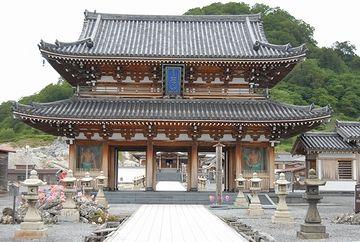 1989年に建立された山門