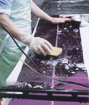 業者による洗い張り作業