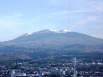 青森市街のすぐ背後に聳える八甲田山
