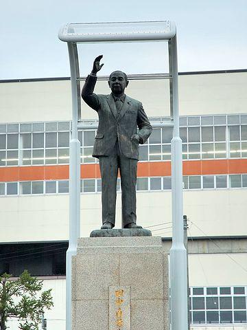 上越新幹線・浦佐駅前に建つ田中角栄像
