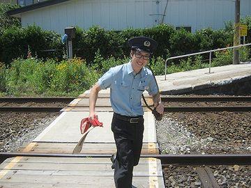 タブレット交換に走る駅員さん(秋田県・由利高原鉄道)