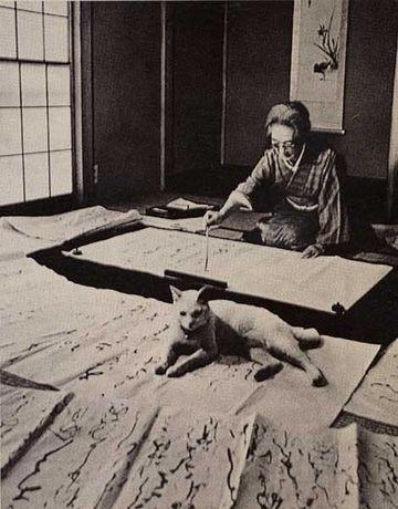 書家の熊谷恒子さん。ネコは、必ず邪魔しに来ますよね。