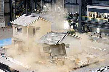防災科学技術研究所(兵庫県三木市)での地震による破壊実験