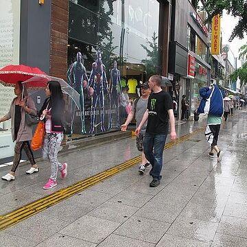 彼らはなぜか、傘を差しません