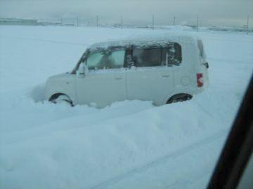 田んぼに突っこんでる車