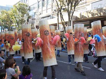 『豊橋祭り』。ヤマサのちくわが踊ります。