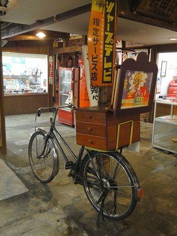 自転車の荷台に載ってるのは、紙芝居